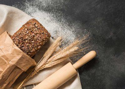 siyah zemin üzerinde sağlıklı ekmek